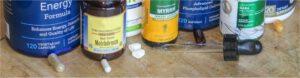 Verschiedene Formen von Supplementen: Kapsel (mit Pulver), Tablette, Gel-Kapsel mit Emulsion / Öl, Flüssig-Extrakt oder Öl mit Pipette, Liposomal.