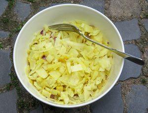 Weißkohl mit Zwiebel, Ingwer, Knoblauch, Kurkuma, Pfeffer und etwas Kokosmuß