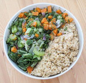 Fertiges Gericht mit Hirse und Gemüse