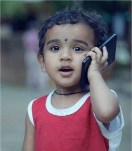 Kind am Smartphone - keine wirklich gute Idee.