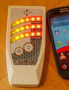 ESI 24 EMF-Messgerät - Maximal hohe Hochfrequenz-Belastung am Smartphone >>> 2000µW/m² (bzw. ausserhalb des Messbereiches)