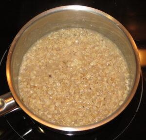 Porridge auf der Herdplatte - aufkochen und köcheln + ziehen lassen.